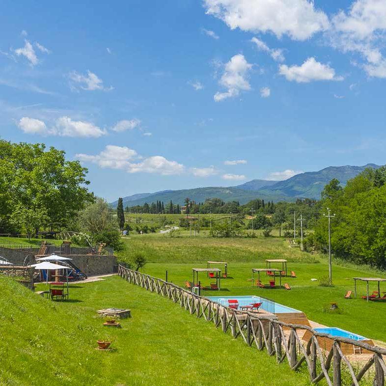 All'interno dell'ampio giardino (ampio 4 ettari) sono presenti diverse attrezzature, gratuite e ad uso esclusivo degli ospiti della Casa Vacanze Le Fornaci.