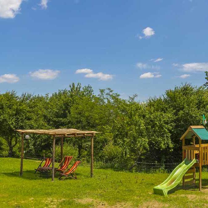 a pochi metri dalla piscina un piccolo parco giochi in legno dove i bambini possono giocare in sicurezza
